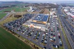 Германия Кобленц 03 04 Вид с воздуха 2018 рынка Globus покупок с огромным местом для стоянки во время грузя часа пик Стоковое Изображение RF
