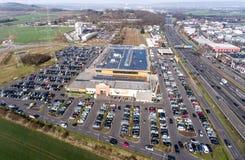 Германия Кобленц 03 04 Вид с воздуха 2018 рынка Globus покупок с огромным местом для стоянки во время грузя часа пик Стоковое Изображение