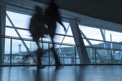 Германия, Штутгарт, 19-ое января 2015: Люди покидая офисное здание, нерезкость движения Стоковые Изображения