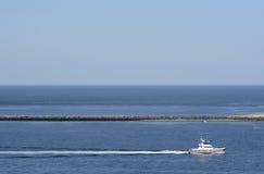 Германия, Шлезвиг-Гольштейн, Heligoland, гавань и моторка стоковые фотографии rf