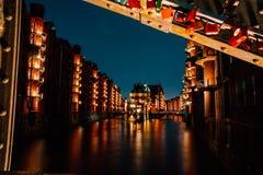 Германия hamburg Взгляд Wandrahmsfleet на сумраке в светлом освещении Размещенный в районе склада - Speicherstadt стоковые фото