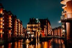 Германия hamburg Взгляд Wandrahmsfleet на сумраке в светлом освещении Размещенный в районе склада - Speicherstadt стоковое изображение