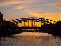 Германия hamburg Путешествуйте с шлюпкой в каналах старого городка на заходе солнца стоковые изображения rf