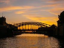 Германия hamburg Путешествуйте с шлюпкой в каналах старого городка на заходе солнца стоковые фото
