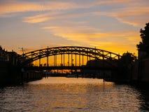 Германия hamburg Путешествуйте с шлюпкой в каналах старого городка на заходе солнца стоковое изображение
