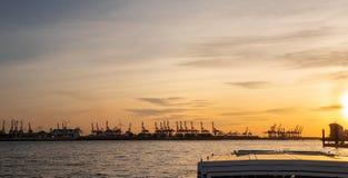 Германия hamburg Путешествуйте с шлюпкой в порте на заходе солнца стоковое изображение