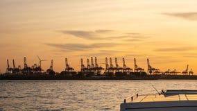 Германия hamburg Путешествуйте с шлюпкой в порте на заходе солнца стоковое изображение rf