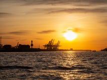 Германия hamburg Путешествуйте с шлюпкой в порте на заходе солнца стоковая фотография rf