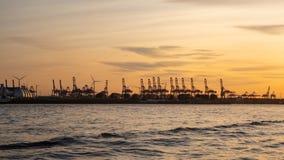 Германия hamburg Путешествуйте с шлюпкой в порте на заходе солнца стоковые фотографии rf