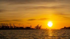 Германия hamburg Путешествуйте с шлюпкой в порте на заходе солнца стоковое фото rf