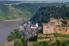Германия, Rhineland, взгляд деревни и rheinfels burg Стоковые Изображения