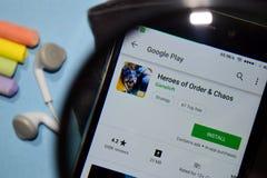 Герои приложения dev хаоса заказа с увеличивать на экране смартфона стоковое изображение
