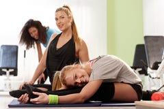 Гибкие девушки работая на гимнастике Стоковые Изображения
