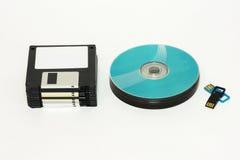 Гибкие магнитные диски, диск КОМПАКТНОГО ДИСКА/DVD и USB проблескивают на белой предпосылке Стоковые Фото