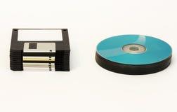 Гибкие магнитные диски и КОМПАКТНЫЙ ДИСК/DVD - колеса диска на белой предпосылке Стоковое фото RF