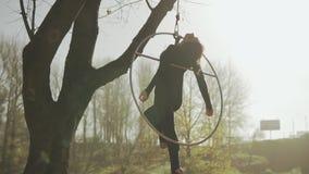 Гибкий брюнет гимнастики вися в кольце для воздушной акробатики в медленн-mo акции видеоматериалы