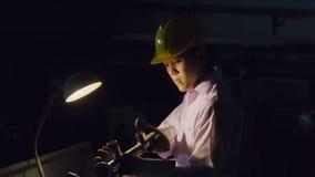 Гибочная машина пользы работника с стальной трубой Concep металла работая Стоковая Фотография
