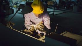 Гибочная машина пользы работника с стальной трубой Concep металла работая Стоковое Фото