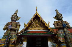 2 гиганта перед тайским виском Стоковые Изображения