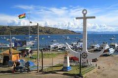 Гигантская белая скульптура анкера на береге озера Titicaca, небольшого туристского городка Copacabana, Боливии 28-ого апреля 201 стоковое изображение