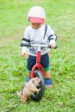 Гигантская белка и 2-ти летний мальчик играют с гигантской белкой Стоковые Изображения