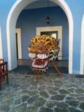 Гигантская голова ягуара в голубой и белой арке стоковое изображение rf