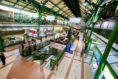 Гигантская зала рынка с много малых магазинов стоковая фотография rf