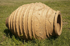Гигантская керамическая амфора на траве, Турция Стоковые Изображения RF