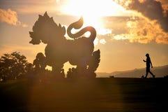 Гигантская мифическая статуя в парке стоковые изображения
