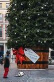 Гигантская рождественская елка с биркой подарка в рынке Ковент Гардена, Лондоне, Великобритании стоковое изображение rf