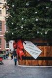 Гигантская рождественская елка с биркой подарка в рынке Ковент Гардена, Лондоне, Великобритании стоковые изображения