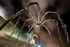 Гигантская скульптура паука на музее Guggenheim в Бильбао (Испания) стоковые фотографии rf