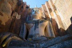 Гигантская скульптура усаженного Будды на руинах старого буддийского виска приятеля Wat Si Sukhothai, Таиланд Стоковые Фото
