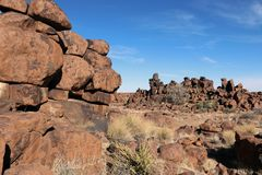Гигантская спортивная площадка - эксцентричный ландшафт утеса на Keetmanshoop - Намибии стоковое изображение