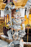 Гигантская статуя в тайском виске стоковые изображения