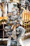 Гигантская статуя в тайском виске стоковое фото rf