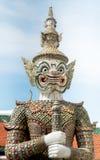 Гигантская статуя от Таиланда с небом стоковые изображения