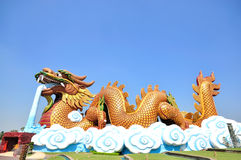 Гигантская статуя дракона с голубым небом Стоковые Фотографии RF