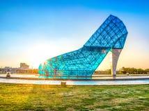 Гигантская церковь свадьбы синего стекла сформированная как высоко-накрененный ботинок в Тайване Chiayi, виде с воздуха Фотографи стоковая фотография rf