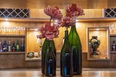 Гигантские бутылки вина с розами na górze деревянного балкона декоративно стоковые изображения