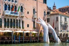 Гигантские руки поднимают от грандиозного канала в Венеции Стоковая Фотография RF