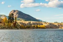 Гигантские скалы горы и песчаника головы ` s осмотренные через озеро Okanagan в осени Стоковые Изображения RF
