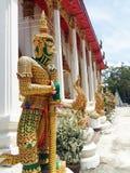 Гигантские статуи защищая церковь Стоковое Изображение