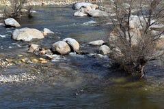 Гигантские утесы разбросанные через реку стоковые фотографии rf
