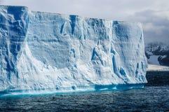 Гигантский айсберг в виде таблиц стоковое изображение