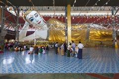Гигантский возлежа Будда на виске Chaukhtatgyi в Янгоне Стоковое Изображение