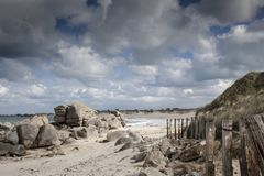 Гигантский гранит облицовывает береговую линию в Бретани, Франции Стоковые Изображения