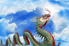 Гигантский золотистый китайский дракон Стоковые Изображения RF