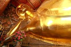 Гигантский золотой возлежа Будда (сон Будда) в виске Wat Pho буддийском), Бангкок, Таиланд Стоковое фото RF