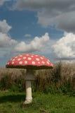 Гигантский искусственный пластинчатый гриб мухы на голубом небе стоковые фото